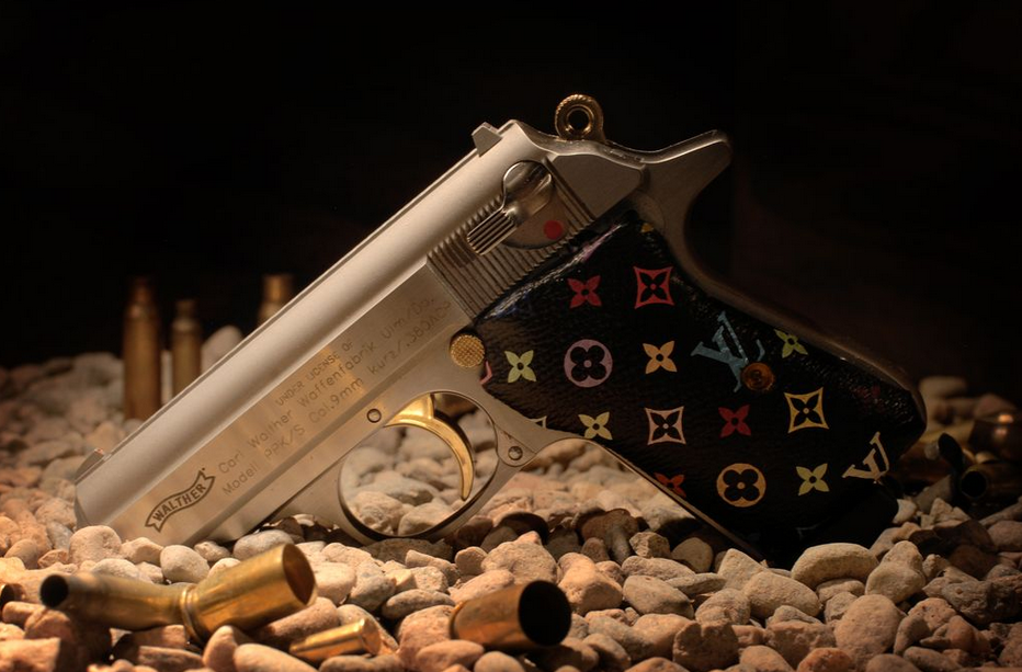 manche pistolet customise luis vuitton Non, une arme aux motifs de Louis Vuitton nest pas du luxe !   Actualit du luxe